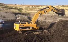 卡特彼勒385C L挖掘机装载煤炭
