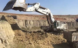 利勃海尔984挖掘机在装车