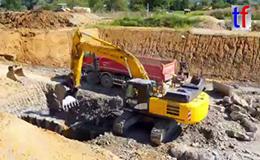日立ZX300LC-6挖掘机装载自卸车