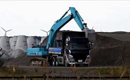 神钢SK 230挖掘机装载自卸车