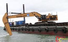 卡特彼勒385C长臂挖掘机在驳船上工作