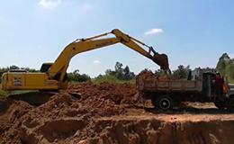 小松PC200挖掘机和6轮自卸车
