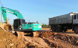 神钢挖掘机SK200和自卸车在泰国