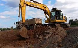 小松PC200挖掘机装载十轮自卸车