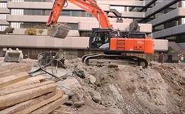 日立ZX470挖掘机在装车