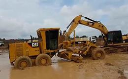 卡特彼勒320D挖掘机救140K平地机