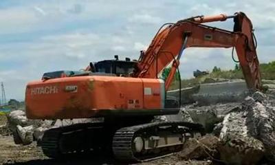日立ZX350LC挖掘机在装载自卸车
