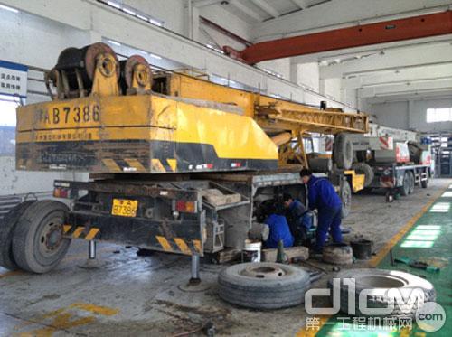 天津保障中心武清维修厂的工作人员正在认真地检修徐工用户的车辆故障