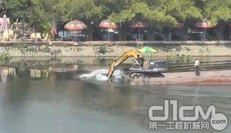 开挖掘机划船