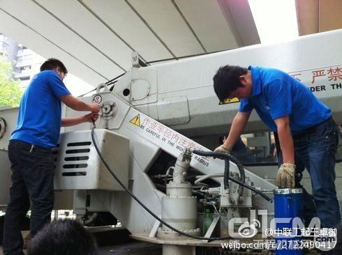 中联工起服务工程师在免费为用户车辆加注黄油,便于车辆各关节部位的润滑
