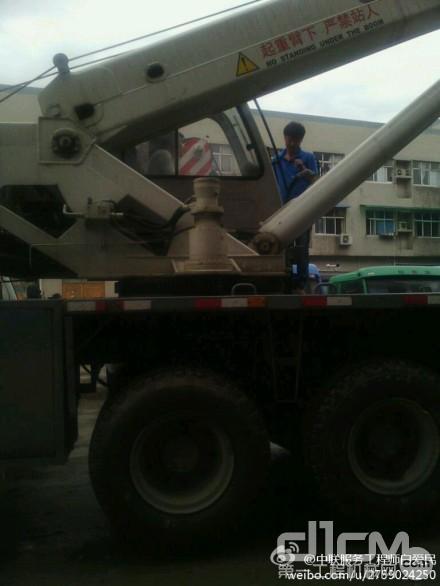 许是中联的服务精神感动了老天,雨终于停了。中联服务工程师也抓紧上车给吊车做检查。