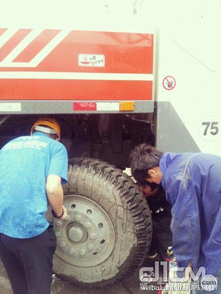 中联工起服务万里行华东区:服务工程师给客户车辆桥做保养