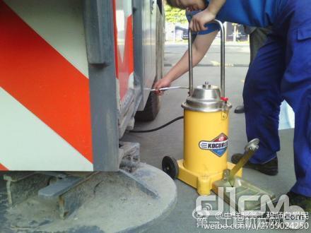 中联工起服务万里行上海站:高品质服务。图为服务工程师正为设备加注进口油机