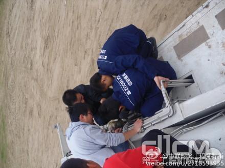 服务工程师们正在为哈尔滨客户检修上车集中润滑系统