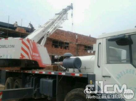 中联工起服务车抵达施工现场,为正在施工的起重机提供检修服务