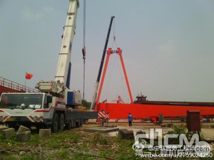 江苏队在苏北地区展开服务。图为在某船厂现场施工的两台中联220T起重机正等待着服务工程师们