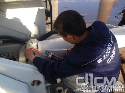 服务工程师为客户保养车辆