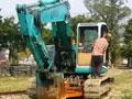 测试神钢挖掘机在铁路线行走