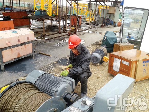 中联重科起重机公司西北片区杨文通在服务现场为客户组装新机