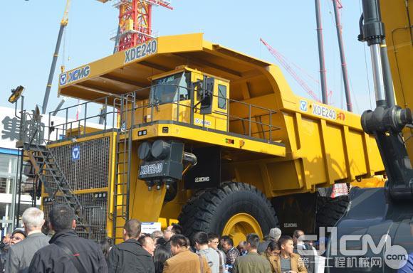 徐工240吨级电传动矿用自卸车