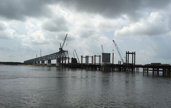 中俄同江铁路大桥建设正酣 明年进行附属设施建设