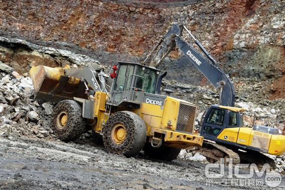 约翰迪尔WL56装载机和E210<a href=http://product.d1cm.com/wajueji/ target=_blank>挖掘机</a>在矿场中工作