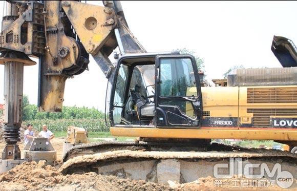 雷沃旋挖钻机正在工作