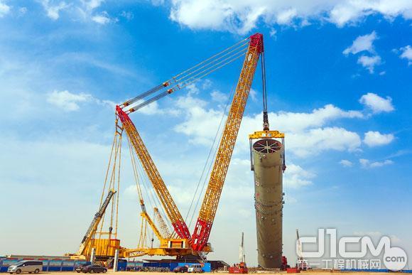 2013年8月,全球最大能级<a href=http://product.d1cm.com/lvdaidiao/ target=_blank>履带起重机</a>再战神华宁煤项目工程