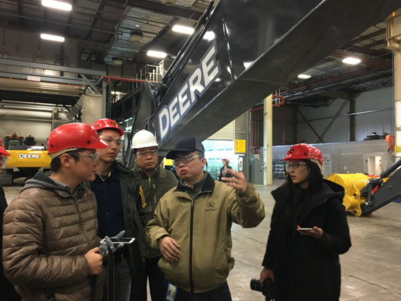 约翰迪尔中国工厂产品经理刘青峰为行业媒体做绕机讲解