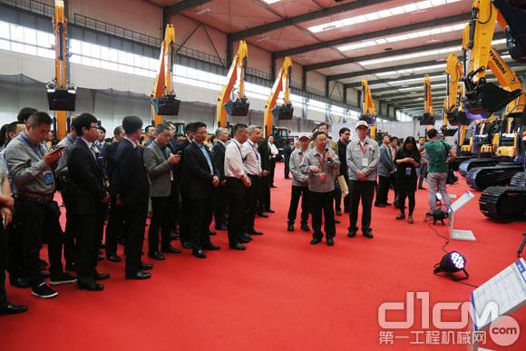 现代(江苏)工程机械有限公司相关负责人为大家介绍新品