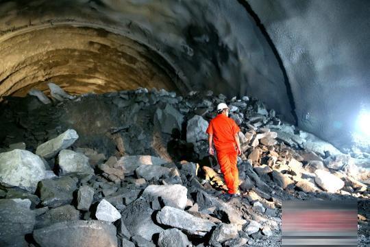 亚洲最长双线高铁隧道贯通 天华山隧道顺利贯通