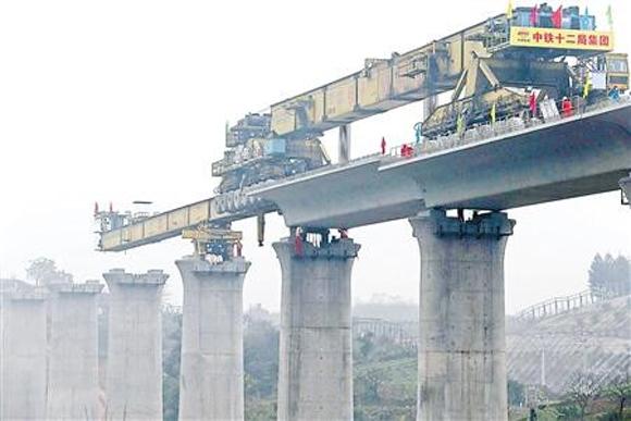 渝万高铁龙洞湾高架桥吊装现场