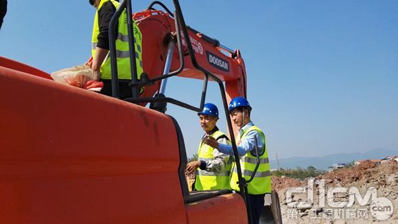 斗山工程机械(中国)有限公司总经理兼生产副总裁朴赞赫检查设备
