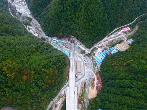 西安至成都高速铁路大秦岭隧道顺利贯通