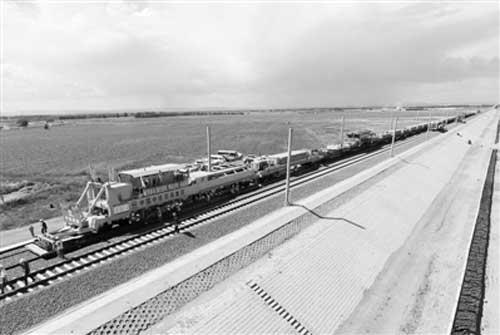 内蒙古首条高铁张呼铁路客运专线东段铺轨