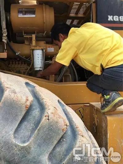 厦工服务人员在为客户检修设备