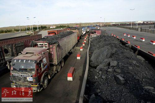 蒙古国货车在中国内蒙古甘其毛都口岸等待通关