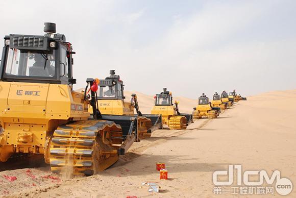 点沙成金——柳工助力中国沙漠光伏建设