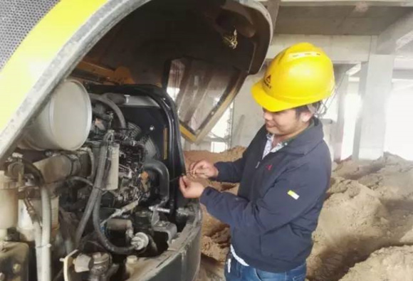 山东临工服务工程师为客户检修设备