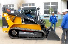 柳工成功开发CLG388B履带式滑移装载机