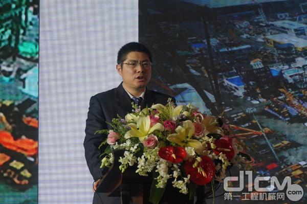 徐工挖掘机械事业部技术中心副主任孟庆勇介绍徐工矿用机械产品技术亮点。