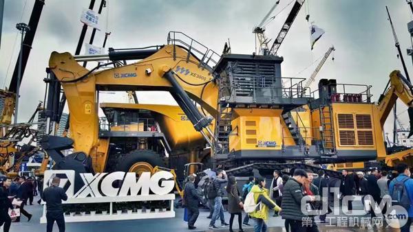一体化的徐工成套矿山机械,高端大气,无例外地成为会场众人的观瞻焦点。