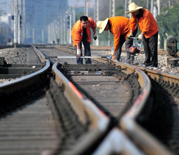 2016年全国铁路行业固定资产投资完成8015亿元