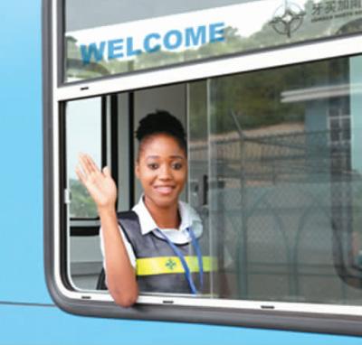 由中国承建的牙买加南北高速公路上的当地工作人员