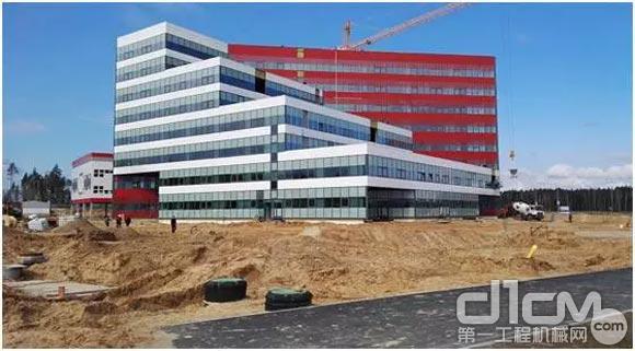 工人正在进行办公楼及标准厂房建设