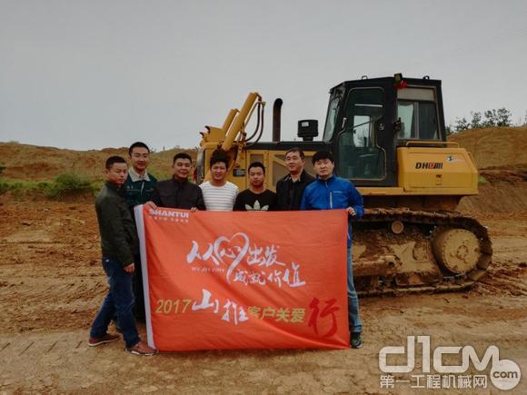 山推服务人员拜访了位于襄阳的水利工程项目部