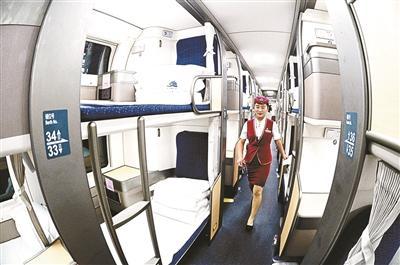 该车卧铺位于车厢两侧,都是上下卧铺,采用与列车运行方向平行的设计。