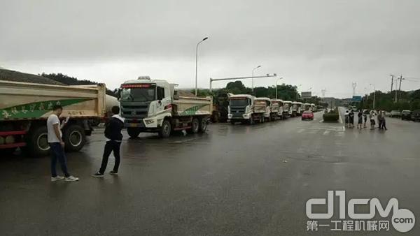 三一自卸车运载着河沙及大石,一路赶往已经出现管涌险情的含浦望江路靳江河堤。