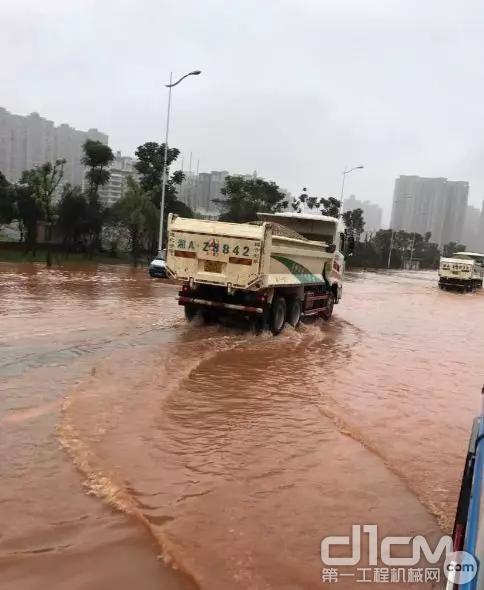 三一自卸车在积水中行驶平稳,动力强劲。