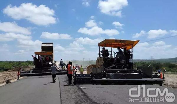 徐工摊铺机在肯尼亚施工现场